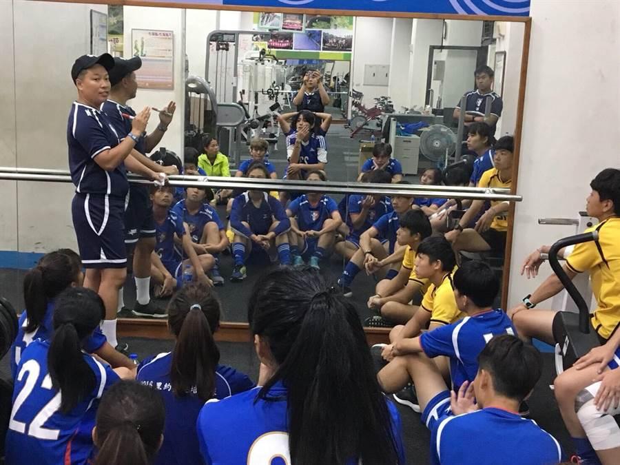 「豆姐」劉馥榕(左)展現體能教練的專業,讓中華女足脫胎換骨。(林雅涵提供)