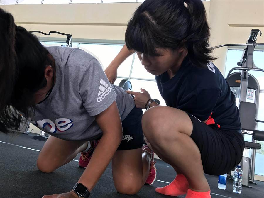 運動傷害防護員張雁如(右)協助球員處理運動傷害。(劉馥榕提供)