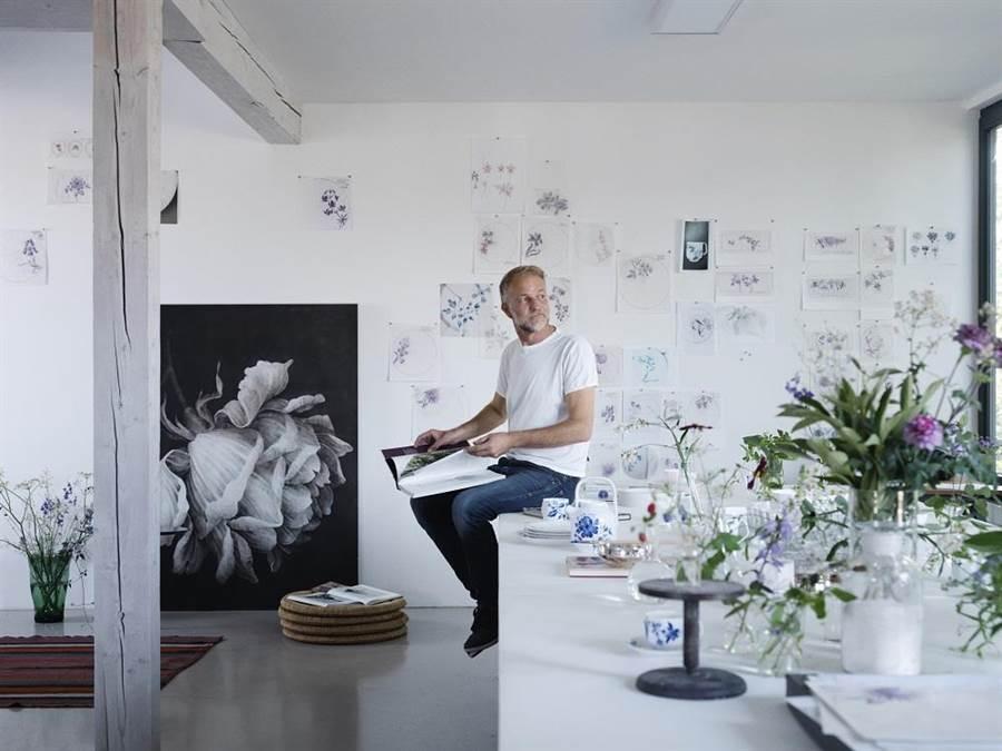 皇家哥本哈根綻藍花系列背後的藝術家沃特·道爾克。(皇家哥本哈根提供)