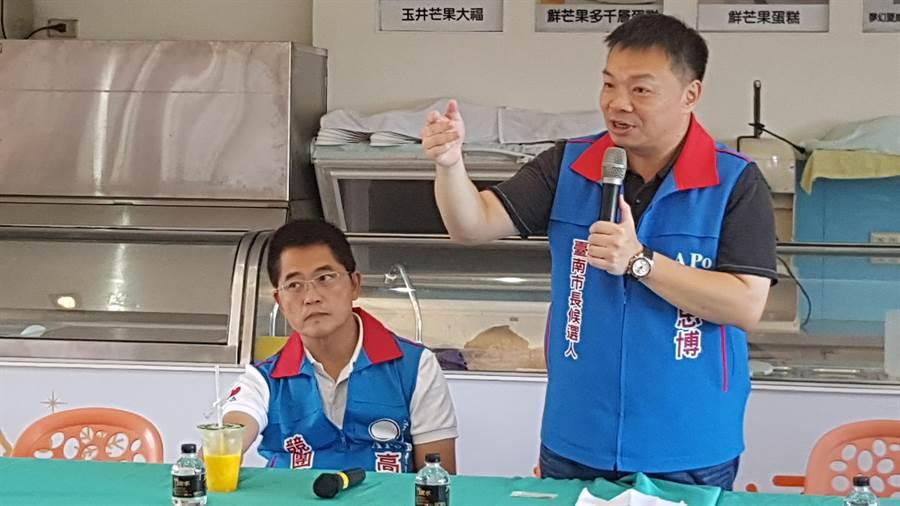 国民党台南市长参选人高思博(右)认为促转会沦为选举工具,应该要解散促转会,也呼吁蔡英文总统和行政院长赖清德辞职下台。(李其桦摄)