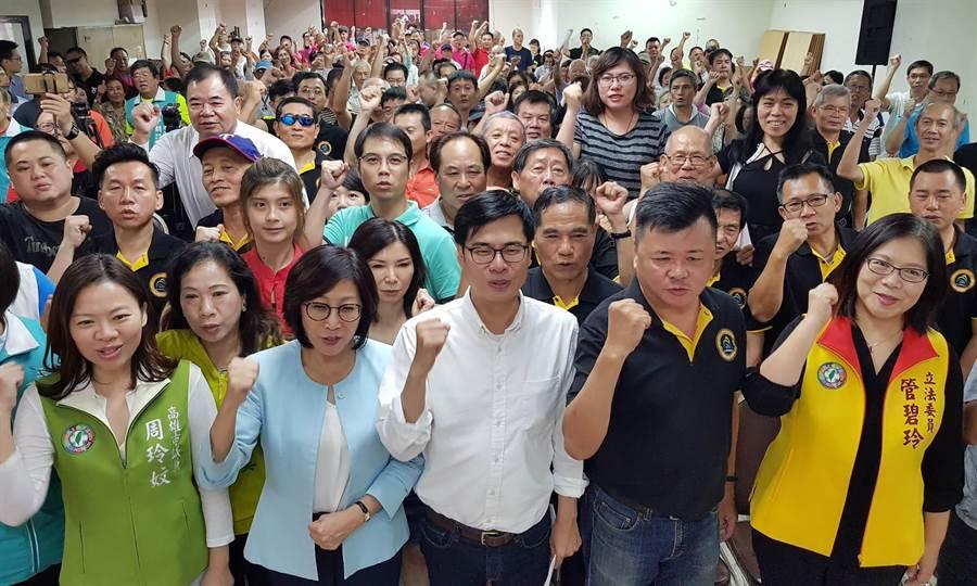 民进党高雄市长参选人陈其迈(中)12日在高雄三凤宫文化楼参加商圈后援会成立大会,大高雄38个商圈上百人联合支持力挺陈其迈。(王锦河摄)