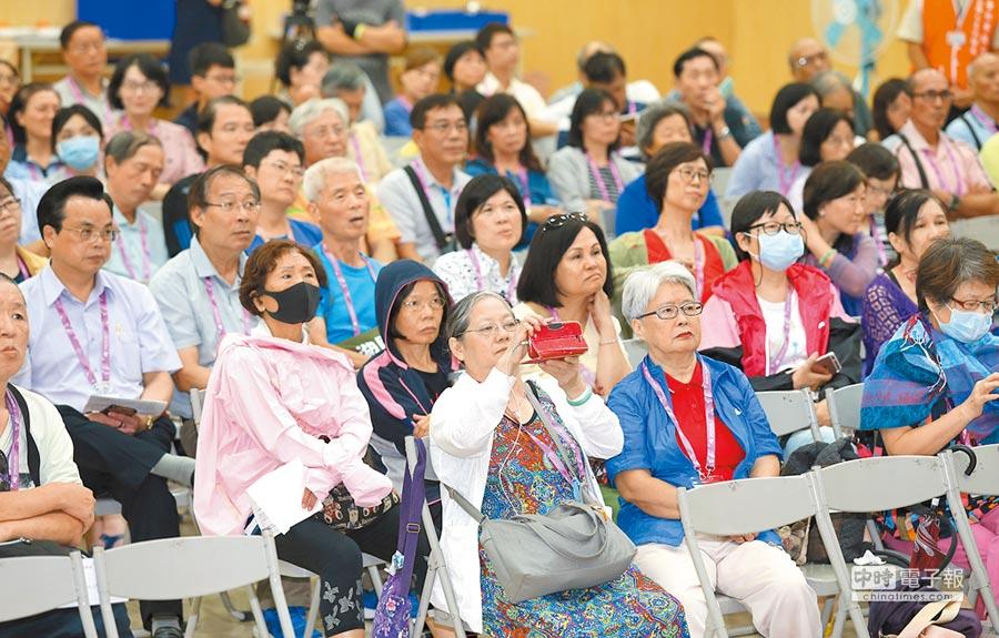 台北市政府舉辦公務人員退休關懷座談會,吸引許多退休與即將退休市府人員到場參加。(陳君瑋攝)