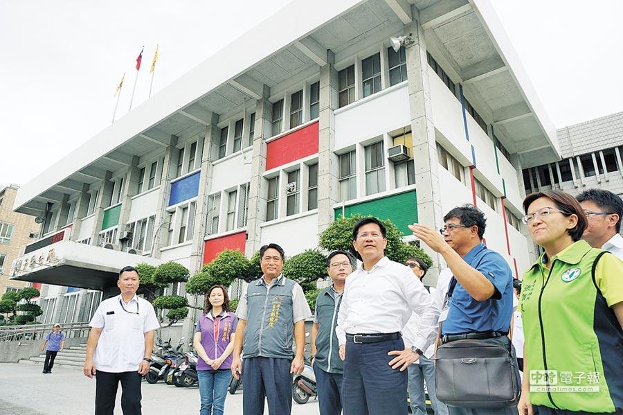 台中市長林佳龍(右三)邀集相關局處,視察潭子區公所舊廳舍空間。(王文吉攝)