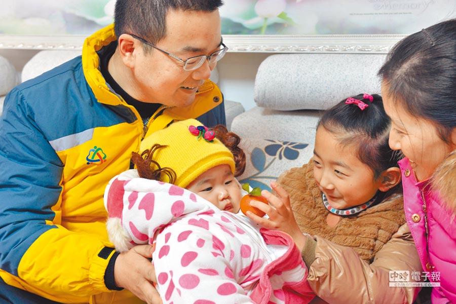 江蘇省洪澤縣的一對夫婦和兩個孩子。(新華社資料照片)