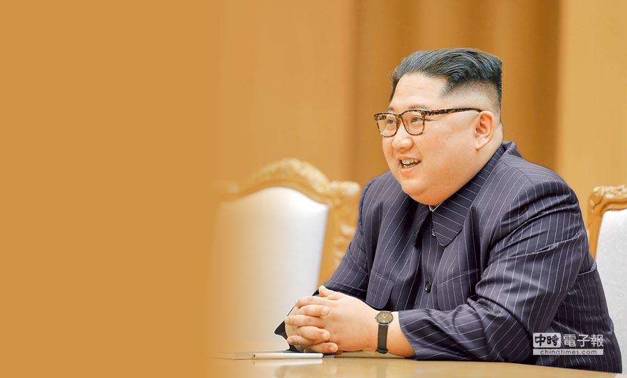 南韓網站「Insight」近日以「金正恩『歡樂組』5大事實」為題,解密這輛神祕列車的內幕,內容直指金正恩特愛170公分以上長腿妹。(新華社/朝中社資料照片)