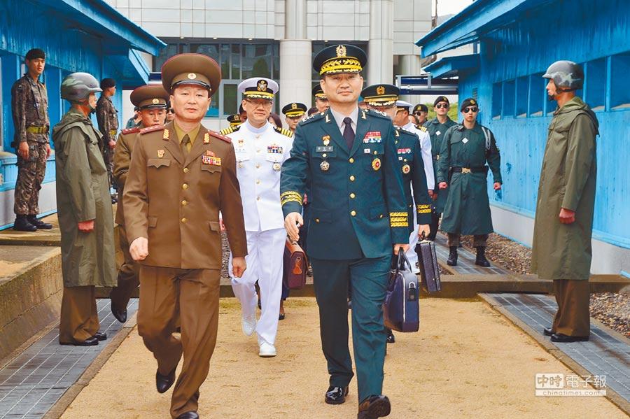 6月14日,南北韓在板門店重啟高級別軍事會談,韓方代表團團長金度均(前右)越過軍事分界線來到朝方一側。(新華社發/南韓國防部供圖)