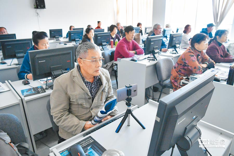 昆明老年人在老年大學內學習電腦操作。(中新社資料照片)