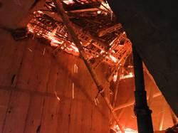 直播》新莊新建23層工地15樓以上全面燃燒  北市雲梯車緊急支援