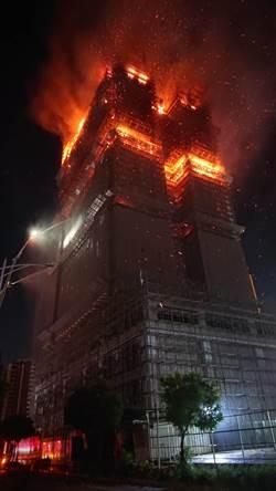新莊工地大樓延燒2小時有坍塌之虞 消防隊緊急撤出
