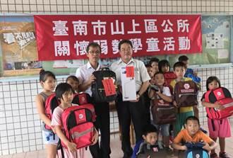 區公所贈書包文具  鼓勵弱勢學童向學