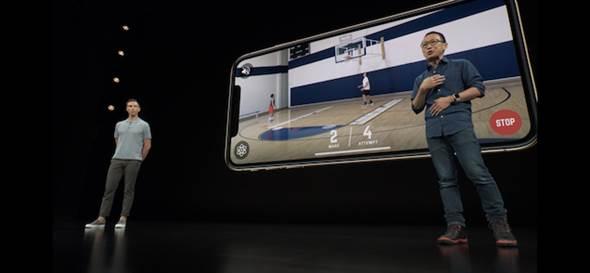 蘋果發表會上就展示了3款AR遊戲,當中還有籃球的實時偵測,可偵測到入球分數、球員動線及數據等。(翻攝發表會直播影片)