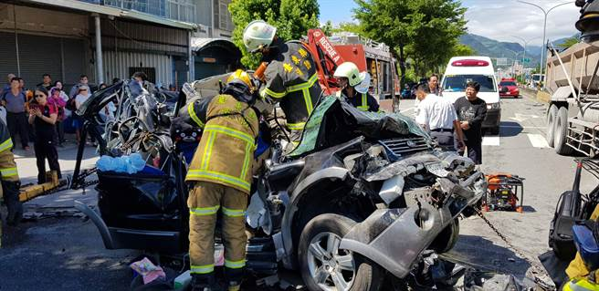 消防隊以重機械破壞車體。(楊漢聲攝)