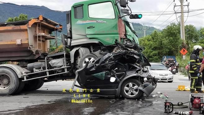 台東知本重大車禍小轎車折成兩半全毀。(圖/臉書《黑色豪門企業》)