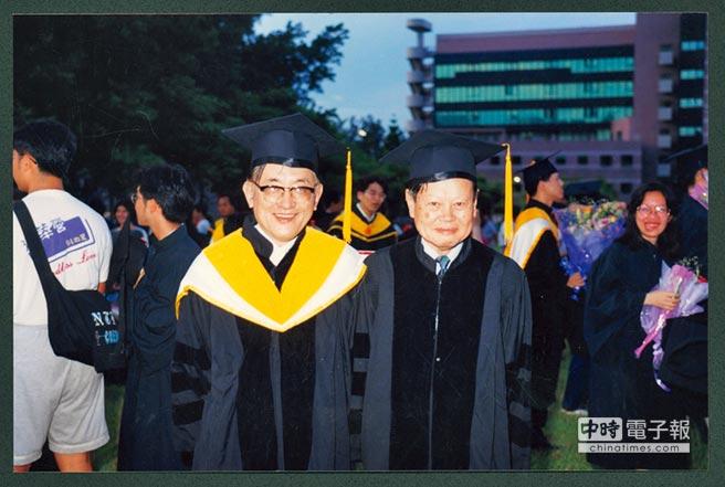 沈君山(左)擔任清大校長時,留下與諾貝爾獎得主楊振寧(右)珍貴的合照。(清大提供)