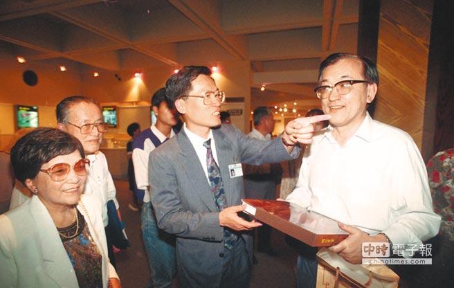 1992年6月11日,沈君山(右)接待首批應邀來台訪問的大陸科學家。(本報系資料照片)