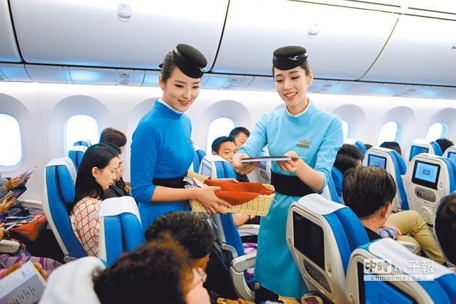 廈航空姐為大陸乘客服務。(中新社資料照片)