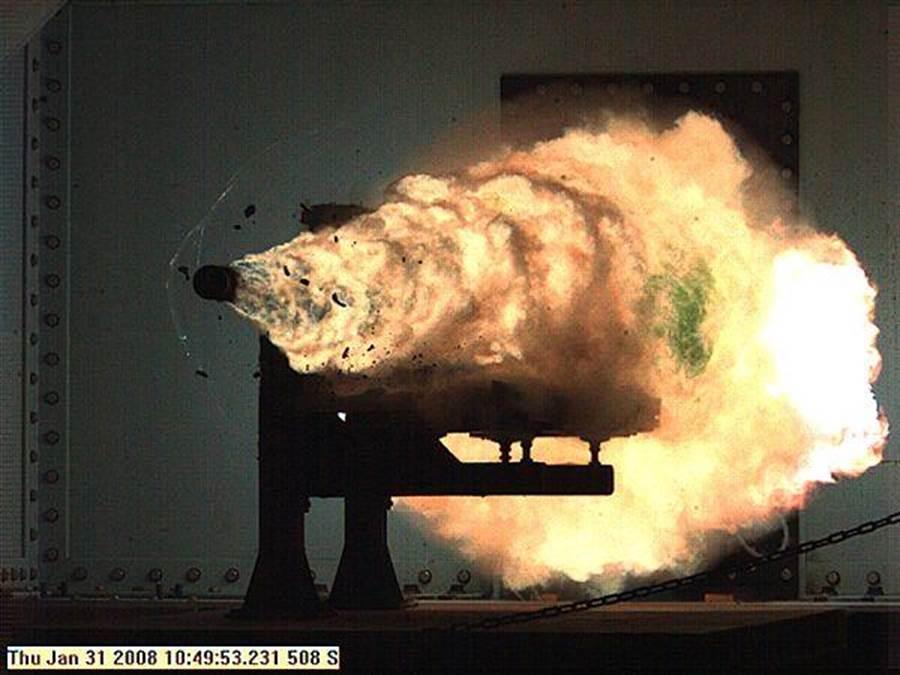 美國海軍電磁炮試驗中拍攝的電磁炮彈畫面。(圖/美國海軍)