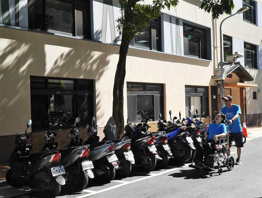 北市復華長青多元服務中心兩側人行道被路樹阻擋,狹窄到輪椅族和娃娃車無法通行,只能繞到馬路上與車爭道。(陳燕珩攝)
