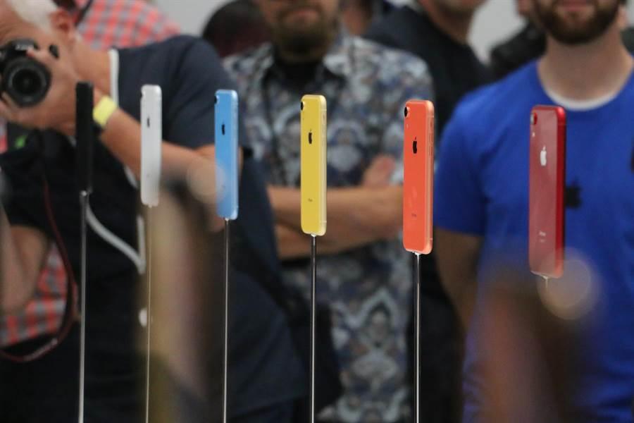 蘋果發表全新iPhone XR,共有六色機身。(圖/黃慧雯攝)