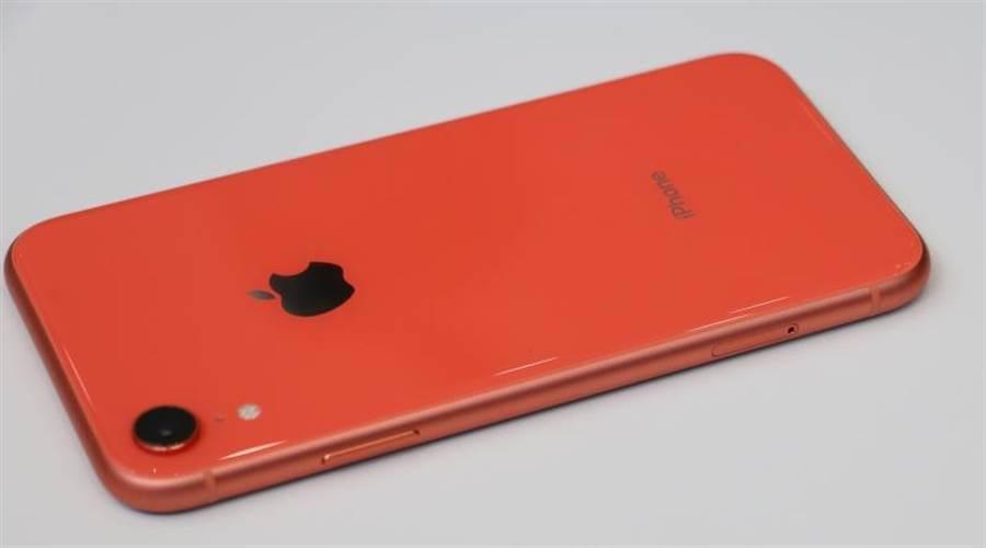 iPhone XR珊瑚色(左側)。(圖/黃慧雯攝)