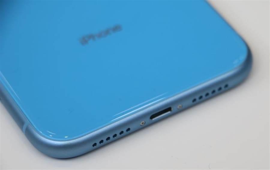 iPhone XR藍色,底部仍採用對對稱喇叭開孔的設計,跟iPhone Xs系列不同。(圖/黃慧雯攝)