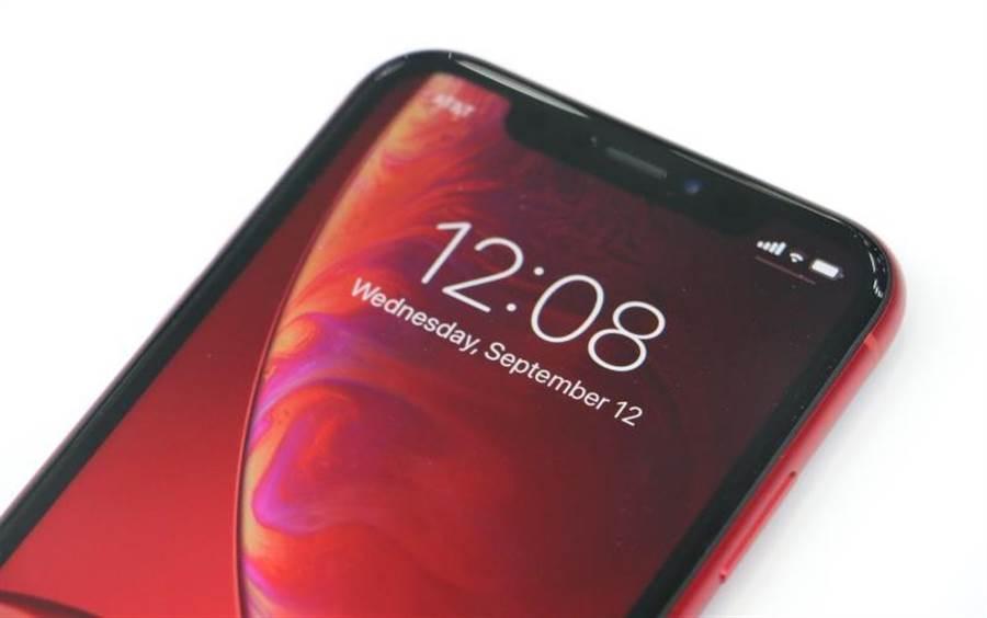 iPhone XR紅色(頂端)。(圖/黃慧雯攝)