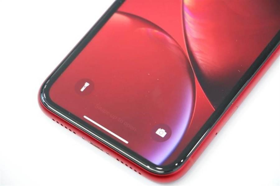 iPhone XR紅色(底部),跟iPhone X、iPhone Xs系列移除了Home鍵,須改用手勢操作。(圖/黃慧雯攝)
