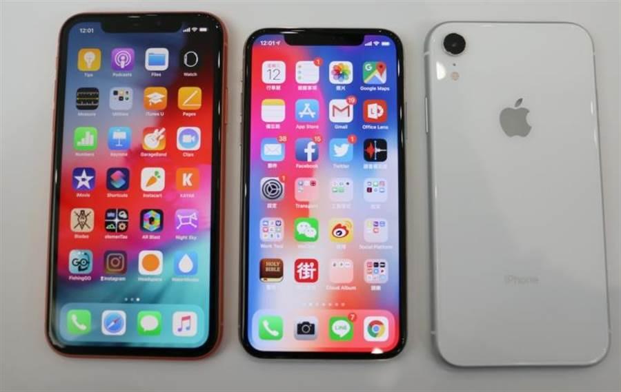iPhone XR珊瑚色(正面)與iPhone X、iPhone XR白色(背面)的對比。(圖/黃慧雯攝)