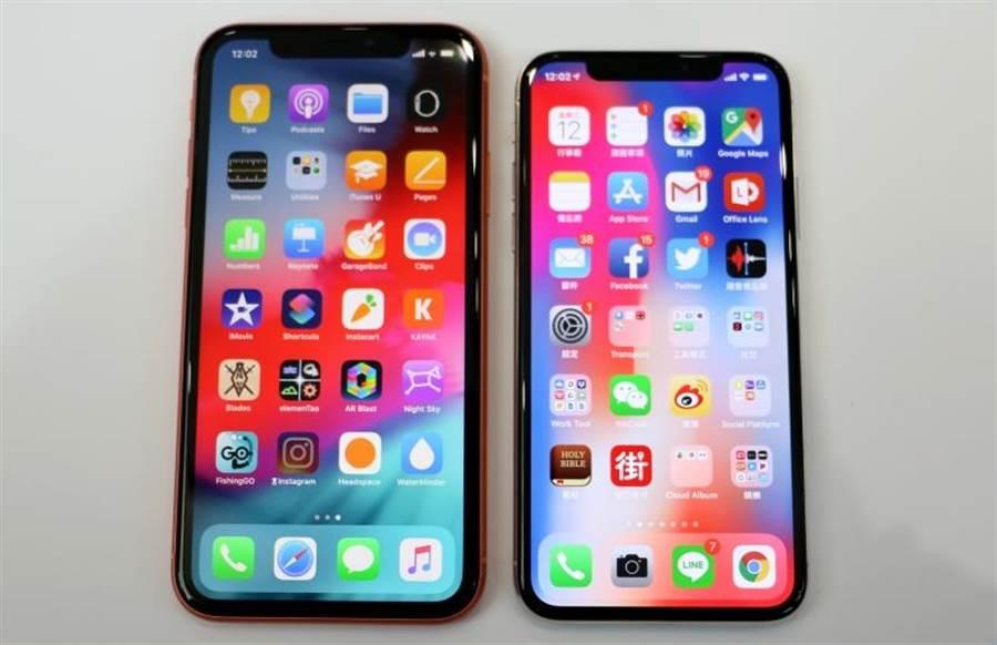 iPhone XR與iPhone X正面螢幕對比,可以看見iPhone XR四圍邊框比iPhone X來說更寬一點。(圖/黃慧雯攝)
