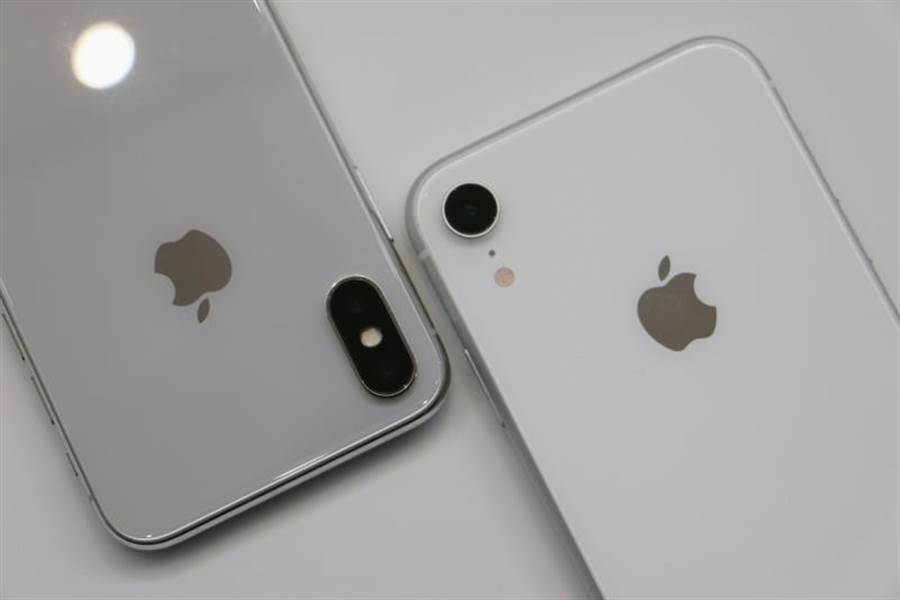 iPhone X銀色與iPhone XR白色的機身背面有很明顯的不同。(圖/黃慧雯攝)