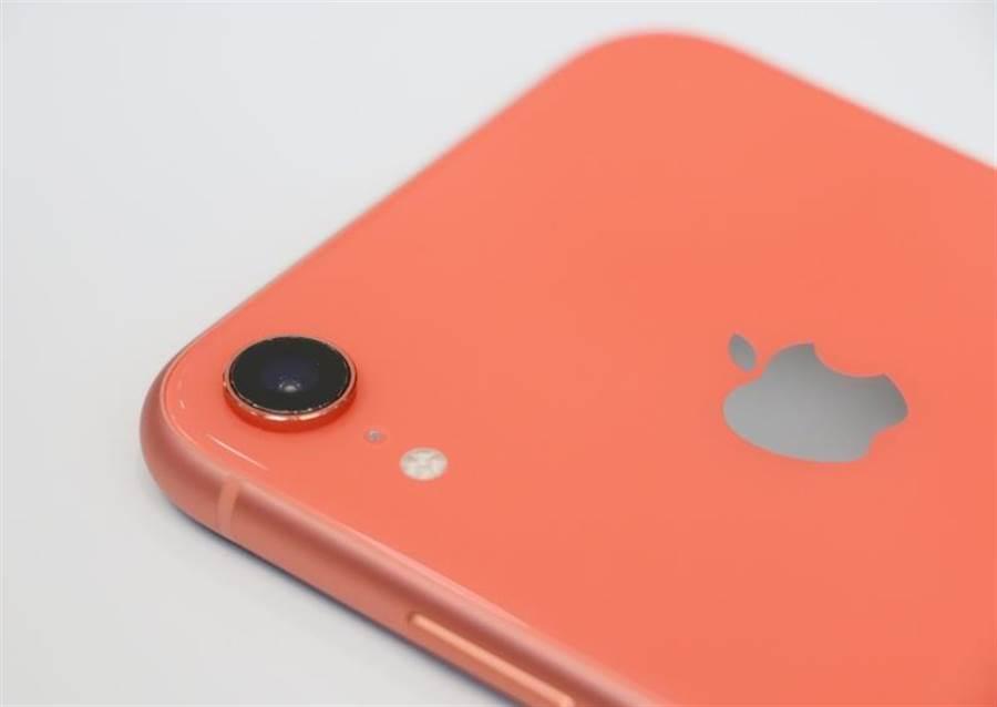 iPhone XR的主相機採用圓柱式設計,線條比iPhone 8主相機邊緣的火山口式設計有所不同。(圖/黃慧雯攝)