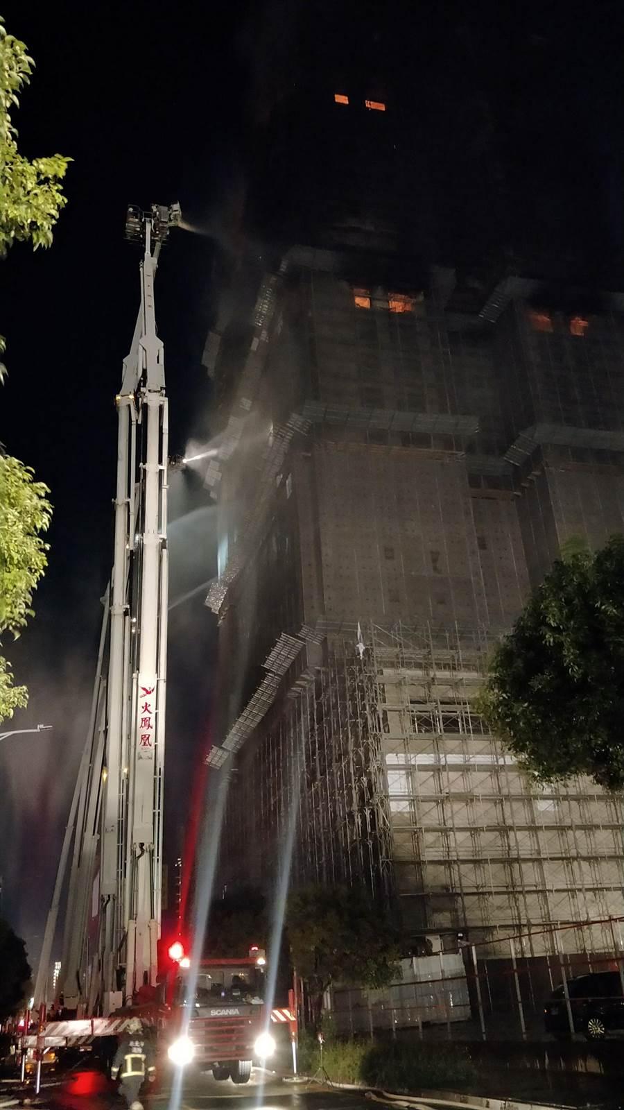 新莊高樓大火晚間10點多火勢逐漸縮小獲得控制。(吳岳修翻攝)