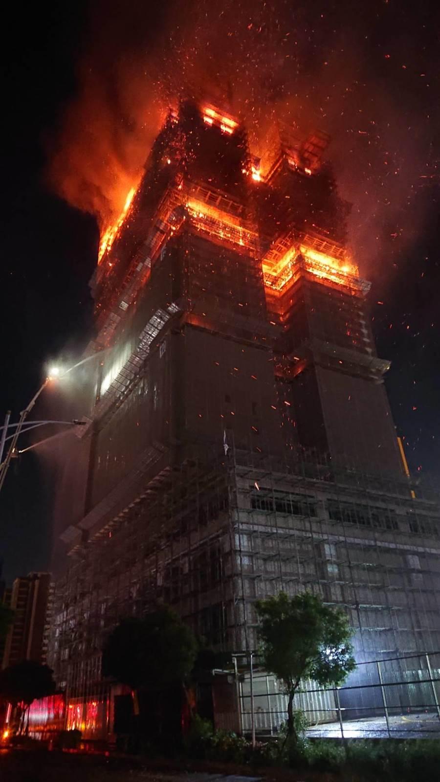 新莊中悅新建大樓燒二小時候火勢已控制,消防不排除有坍塌之虞。(吳岳修攝影)