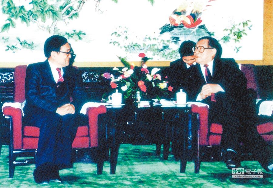 1990年,沈君山(左)與江澤民於中南海晤談。(翻攝自《浮生後記》)