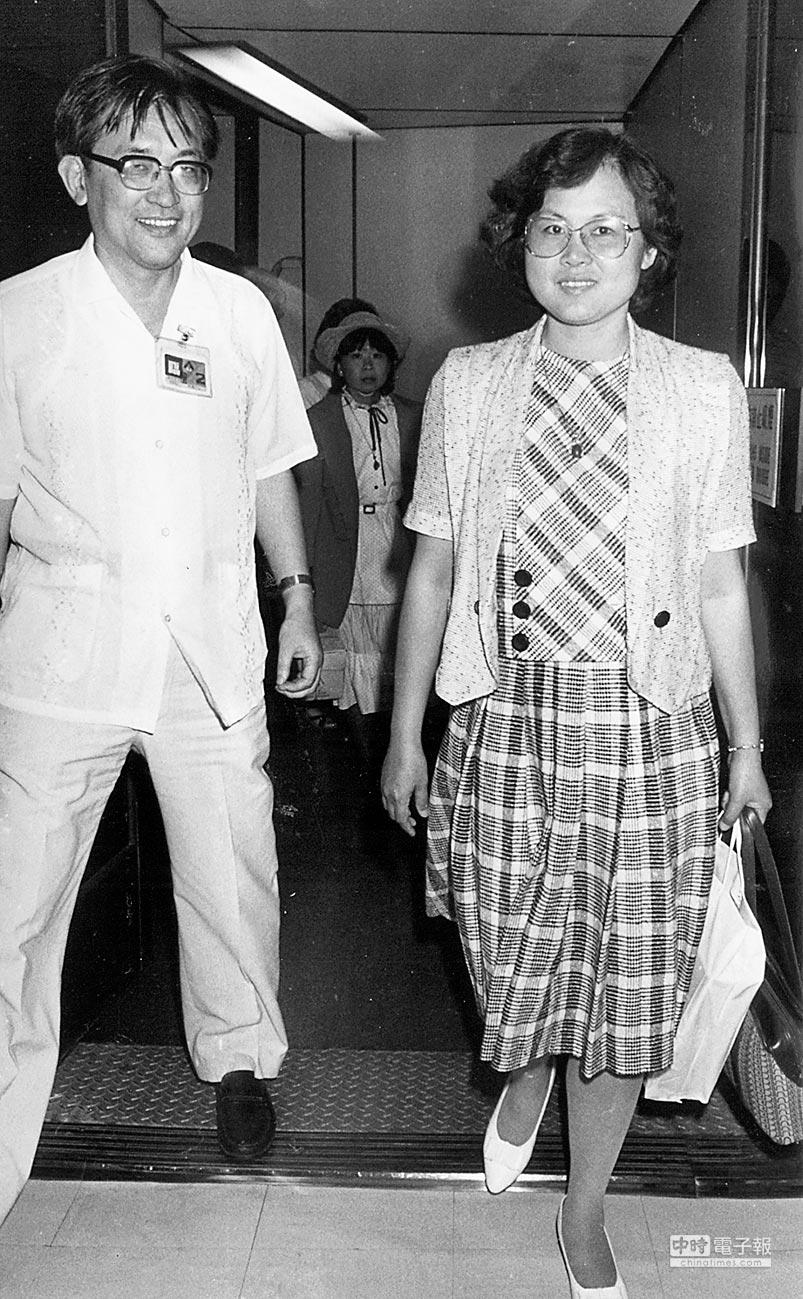 1984年8月15日,沈君山(左)向甫下飛機的方素敏(右)透露,因美麗島事件入獄的林義雄已假釋。(本報系資料照片)