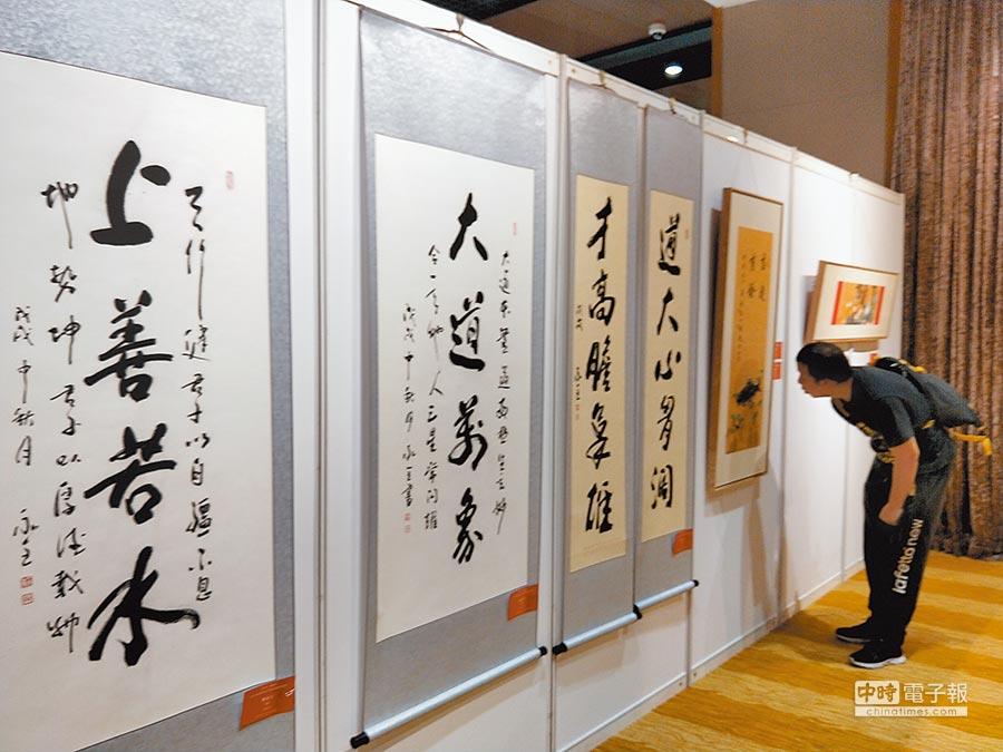 第四屆海峽兩岸書畫名家交流展在北京台灣會館開幕,展出兩岸31位書畫家近百幅作品。(記者陳君碩攝)