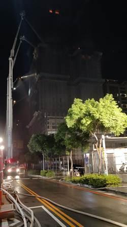 影》新莊工地大樓狂燒4小時撲滅 頂樓零星火苗監控中