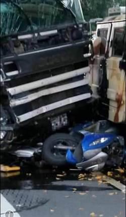 影》南投市重大車禍驚險影片曝光 摩托車與狗兒遭夾擊