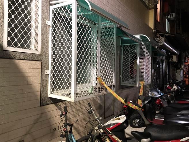 林姓女大生意外陳屍出租套房內,警方趕緊拉起封鎖線。(程炳璋翻攝)