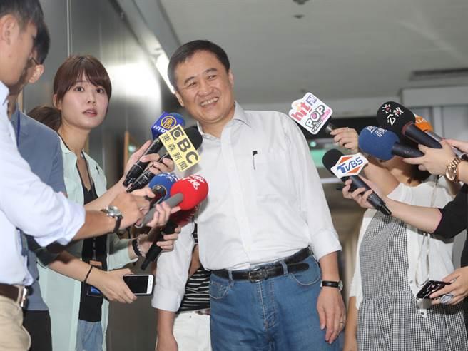 台北市副市長、台北農產運銷公司董事長陳景峻(中)14日上午在台北市政府舉行記者會,宣布已向市長柯文哲請辭北農董事長獲准。中央社記者裴禛攝  107年9月14日