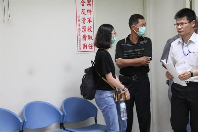 林父(黑衣者)與大女兒(左1)趕赴殯儀館等待檢察官相驗。(程炳璋攝)