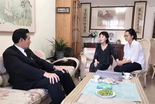 馬英九赴楊偉中老家致意,並與家屬交談慰問。(圖/曾縵雲臉書)