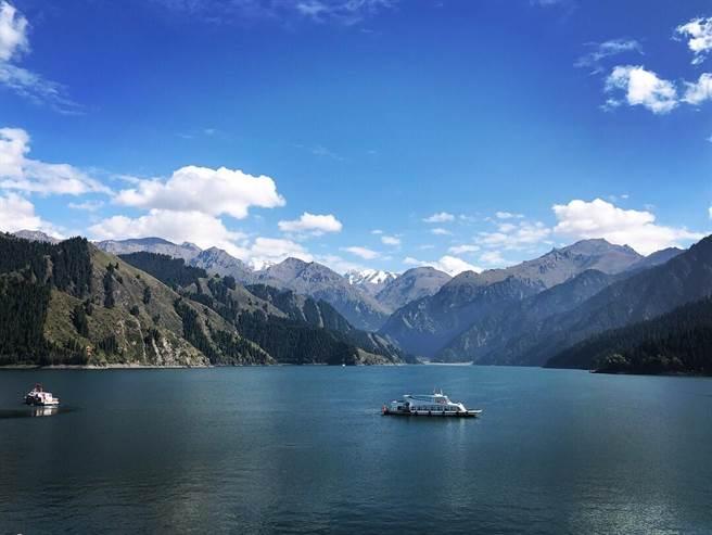 新疆天山天池,古稱「瑤池」,傳說中西王母娘就是在這兒舉辦潘桃宴。圖:南航提供