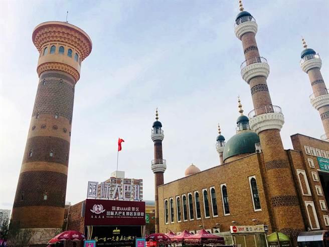 烏魯木齊的國際大巴扎遵循了伊斯蘭教的建築風格。圖:南航提供