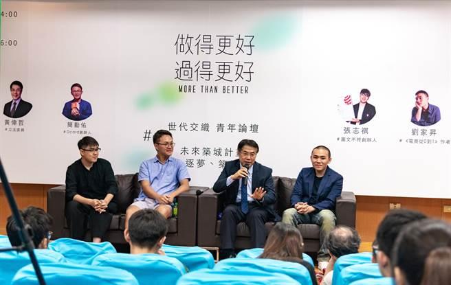 黃偉哲14日與青年創業家對談,吸引許多大學生聆聽。(曹婷婷攝)