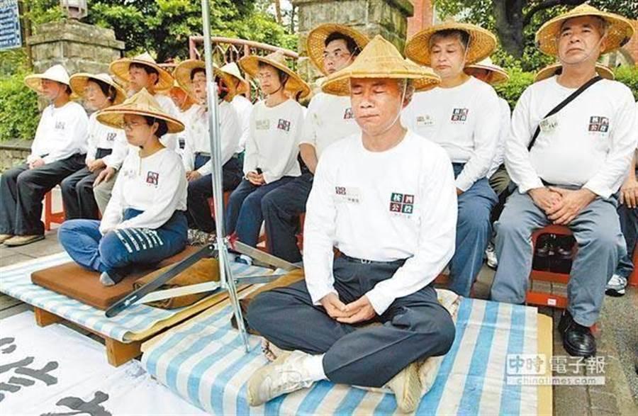 林義雄2005年也曾展開113小時的絕食靜坐,呼籲朝野政黨信守修憲承諾。(圖/本報資料)