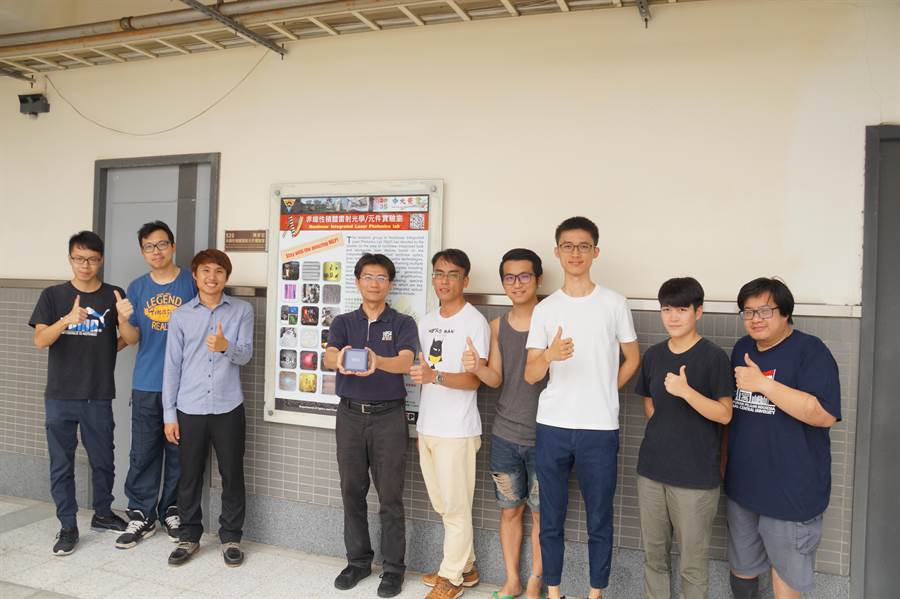 中央大學光電系主任陳彥宏的非線性積體雷射光學/元件實驗室團隊。(中央大學提供)