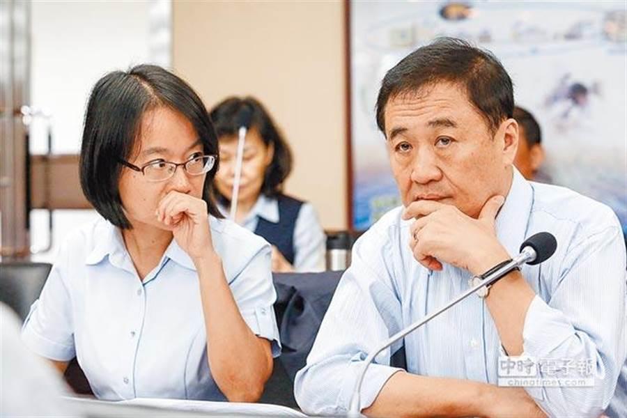 北農總經理吳音寧(左)12日赴議會專案報告,議員要求吳音寧及董事長陳景峻(右)先道歉再報告,讓比鄰而坐的兩人顯得有點尷尬。(資料照片/鄧博仁攝)