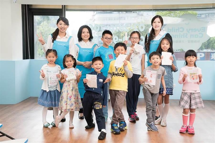 KUMON老師引導孩子獨立思考、自主學習。(圖/KUMON提供)