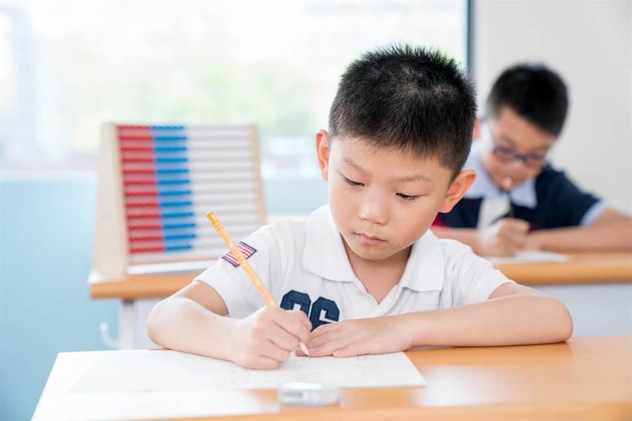 KUMON強調每天30分鐘定時定量的學習。(圖/KUMON提供)